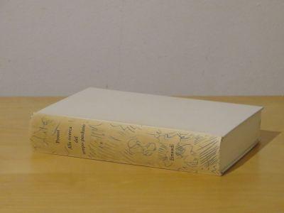 Das Buch liegt auf dem Tisch.