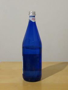 Die Flasche steht auf dem Tisch.
