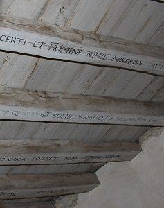 Le famose iscrizioni che Montaigne fece incidere sulle travi del tetto della sua biblioteca.